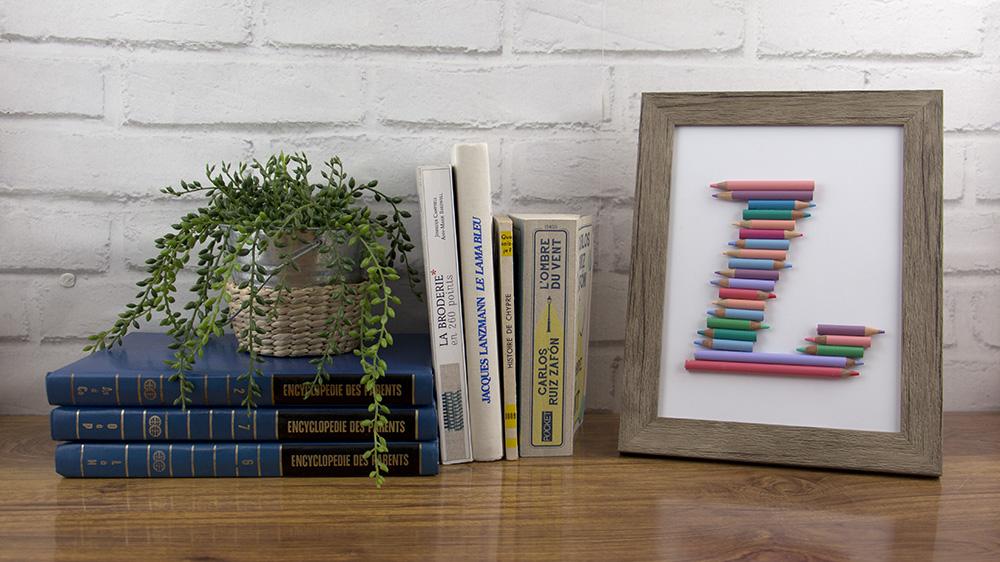 cadre crayons de couleur fini posé sur un meuble